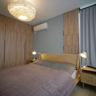 Imagen de dormitorio principal, nórdico, de tamaño medio, con paredes grises, suelo de madera en tonos medios y suelo amarillo