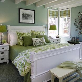 Idée de décoration pour une chambre marine avec un mur bleu.