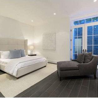 Ejemplo de dormitorio principal, tradicional renovado, de tamaño medio, con paredes blancas, suelo de pizarra y suelo negro