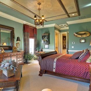 Diseño de dormitorio principal, tradicional, de tamaño medio, con paredes azules y moqueta