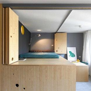 Foto di una piccola camera da letto stile loft minimal con pareti grigie