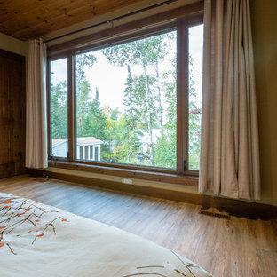 Diseño de habitación de invitados costera, grande, con paredes beige, suelo de linóleo y suelo marrón