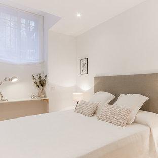 Modelo de dormitorio principal, nórdico, de tamaño medio, sin chimenea, con paredes blancas y suelo de madera en tonos medios