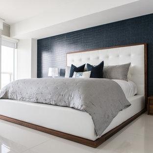 Стильный дизайн: хозяйская спальня среднего размера в современном стиле с синими стенами и полом из керамической плитки без камина - последний тренд