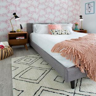 Modelo de habitación de invitados escandinava, pequeña, con paredes rosas, suelo vinílico y suelo gris