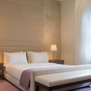 Modelo de dormitorio principal, moderno, grande, sin chimenea, con paredes beige y suelo violeta
