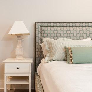 Foto di una camera degli ospiti stile marinaro di medie dimensioni con pareti beige e pavimento in compensato