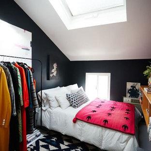 Diseño de dormitorio tipo loft, moderno, pequeño, con paredes negras