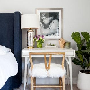 Неиссякаемый источник вдохновения для домашнего уюта: хозяйская спальня среднего размера в стиле современная классика с серыми стенами, ковровым покрытием и бежевым полом