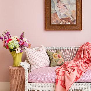 Idée de décoration pour une chambre d'amis style shabby chic avec un mur rose et un sol en bois peint.