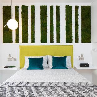 Imagen de dormitorio principal, actual, pequeño, con paredes blancas, suelo de madera clara y suelo multicolor