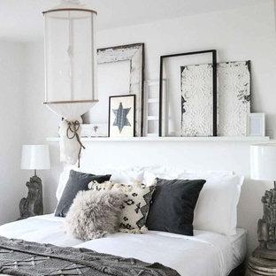 На фото: спальни среднего размера в стиле шебби-шик с белыми стенами