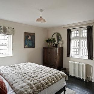 Ejemplo de habitación de invitados rural, pequeña, con paredes rosas y suelo negro