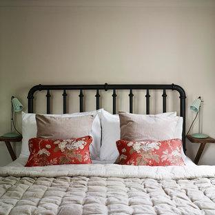 Idee per una piccola camera degli ospiti rustica con pareti rosa e pavimento nero