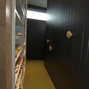 Kleines Modernes Schlafzimmer ohne Kamin mit schwarzer Wandfarbe, Teppichboden und gelbem Boden in Melbourne