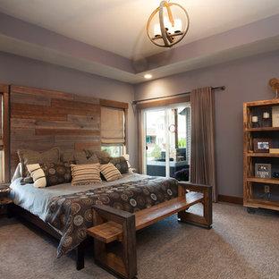 Modelo de dormitorio principal, rústico, grande, sin chimenea, con paredes púrpuras y moqueta