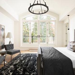 Неиссякаемый источник вдохновения для домашнего уюта: хозяйская спальня в стиле современная классика с белыми стенами, светлым паркетным полом, стандартным камином и фасадом камина из штукатурки