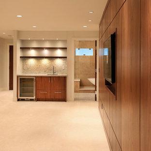 Idée de décoration pour une très grand chambre design avec un mur beige.