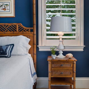 Foto de habitación de invitados exótica, de tamaño medio, sin chimenea, con paredes azules y moqueta