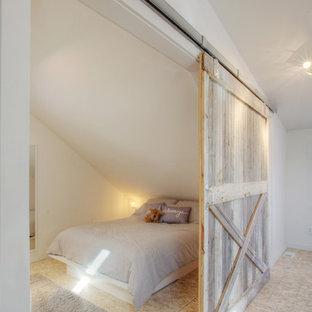 Ejemplo de habitación de invitados ecléctica, pequeña, con paredes blancas y suelo de contrachapado