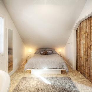 Ejemplo de habitación de invitados campestre, pequeña, sin chimenea, con paredes blancas y suelo de contrachapado