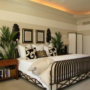 Foto de dormitorio principal, tropical, de tamaño medio, con paredes blancas, moqueta y suelo beige