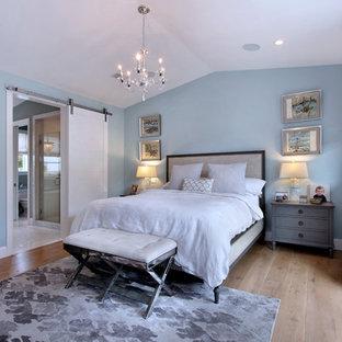 オレンジカウンティのトランジショナルスタイルのおしゃれな主寝室 (青い壁、無垢フローリング) のレイアウト