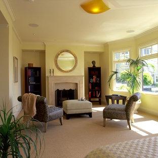 Ejemplo de dormitorio principal, clásico renovado, con moqueta, chimenea tradicional y marco de chimenea de hormigón