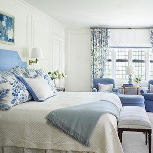 Großes Hauptschlafzimmer ohne Kamin mit weißer Wandfarbe, Teppichboden und weißem Boden in New York