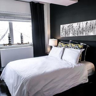 Imagen de dormitorio tipo loft, urbano, de tamaño medio, con paredes negras y suelo de madera en tonos medios