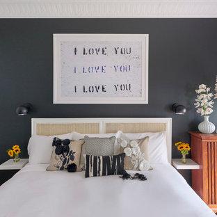 Ejemplo de dormitorio principal, clásico renovado, de tamaño medio, sin chimenea, con paredes negras y suelo de madera clara