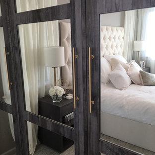 Foto de habitación de invitados clásica renovada, de tamaño medio, sin chimenea, con paredes grises y moqueta