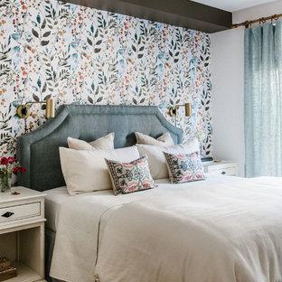 ニューヨークの中くらいのトランジショナルスタイルのおしゃれな主寝室 (マルチカラーの壁、無垢フローリング、茶色い床、白い天井、青いカーテン)