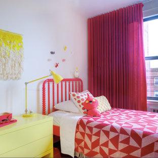ニューヨークの中サイズのコンテンポラリースタイルのおしゃれな客用寝室 (白い壁、濃色無垢フローリング、暖炉なし、茶色い床)