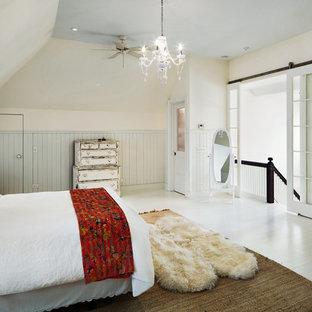 Inspiration för mellanstora shabby chic-inspirerade huvudsovrum, med beige väggar och målat trägolv