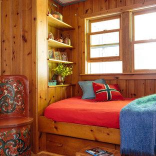 Diseño de habitación de invitados de estilo de casa de campo, de tamaño medio, sin chimenea, con paredes marrones, suelo de madera en tonos medios y suelo marrón