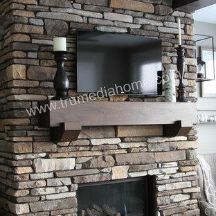 Foto de dormitorio principal, de estilo americano, de tamaño medio, con paredes beige, moqueta, chimenea tradicional y marco de chimenea de piedra