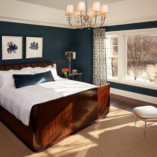Diseño de dormitorio tradicional renovado con paredes azules