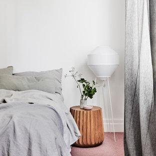 Idee per una camera matrimoniale moderna di medie dimensioni con pareti bianche, moquette, nessun camino e pavimento rosa