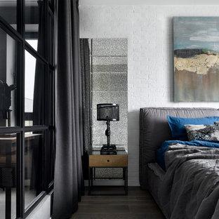 Стильный дизайн: хозяйская спальня среднего размера в стиле лофт с белыми стенами и коричневым полом - последний тренд