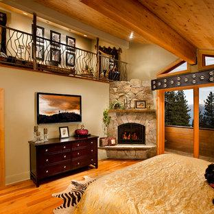Ispirazione per una camera da letto chic con camino ad angolo