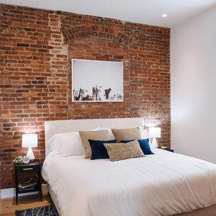 Idee per una camera da letto minimal con pareti rosse, pavimento in legno massello medio e pavimento marrone