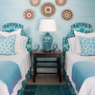 アトランタの広いトロピカルスタイルのおしゃれな客用寝室 (青い壁、カーペット敷き)
