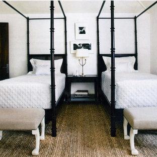 Cette image montre une chambre design avec un sol en bois foncé.