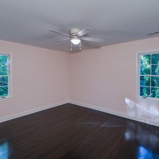 Idee per una grande camera degli ospiti classica con parquet scuro, nessun camino, pavimento nero e pareti rosa