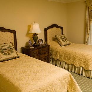 Diseño de dormitorio clásico, de tamaño medio, sin chimenea, con paredes beige, moqueta y suelo verde