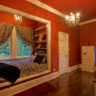Свежая идея для дизайна: гостевая спальня среднего размера в классическом стиле с красными стенами, темным паркетным полом и коричневым полом без камина - отличное фото интерьера