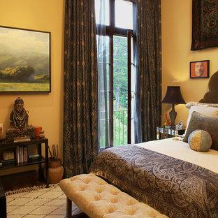 サンフランシスコの小さいエクレクティックスタイルのおしゃれな主寝室 (黄色い壁、無垢フローリング) のインテリア