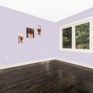 Foto de habitación de invitados minimalista, de tamaño medio, con paredes púrpuras y suelo de madera oscura