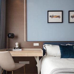Esempio di una piccola camera da letto contemporanea con pavimento in laminato e pavimento giallo